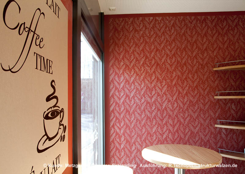 Coffee-Time mit roter Musterwalzenwand